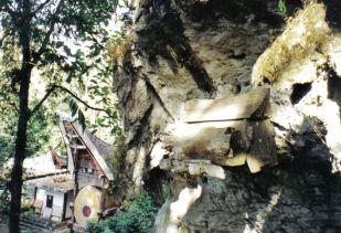 Tana Toraja 15 (hangende graven)