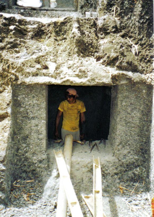Tana Toraja 19 (arbeider in een rotsgraf)