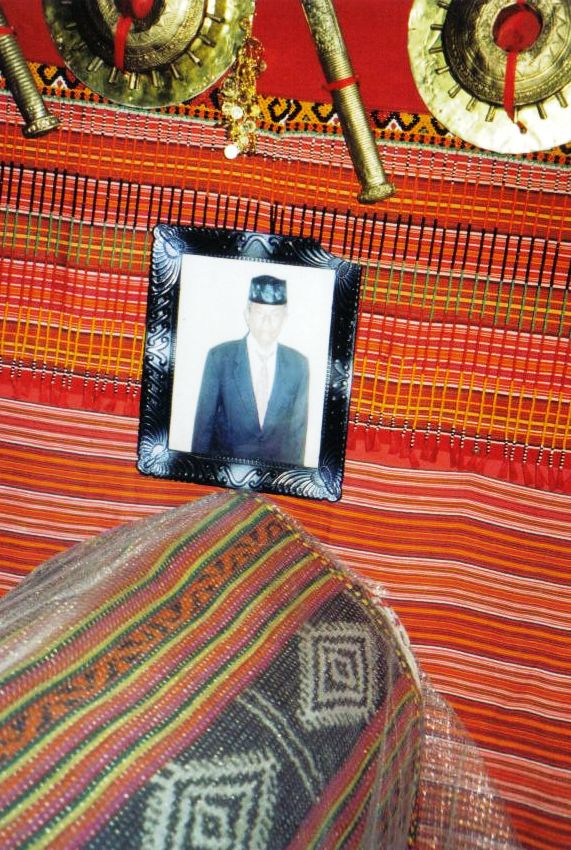 Tana Toraja 25 (begrafeniskist in een huis)