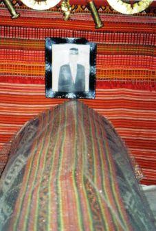 Tana Toraja 26 (begrafeniskist in een huis)